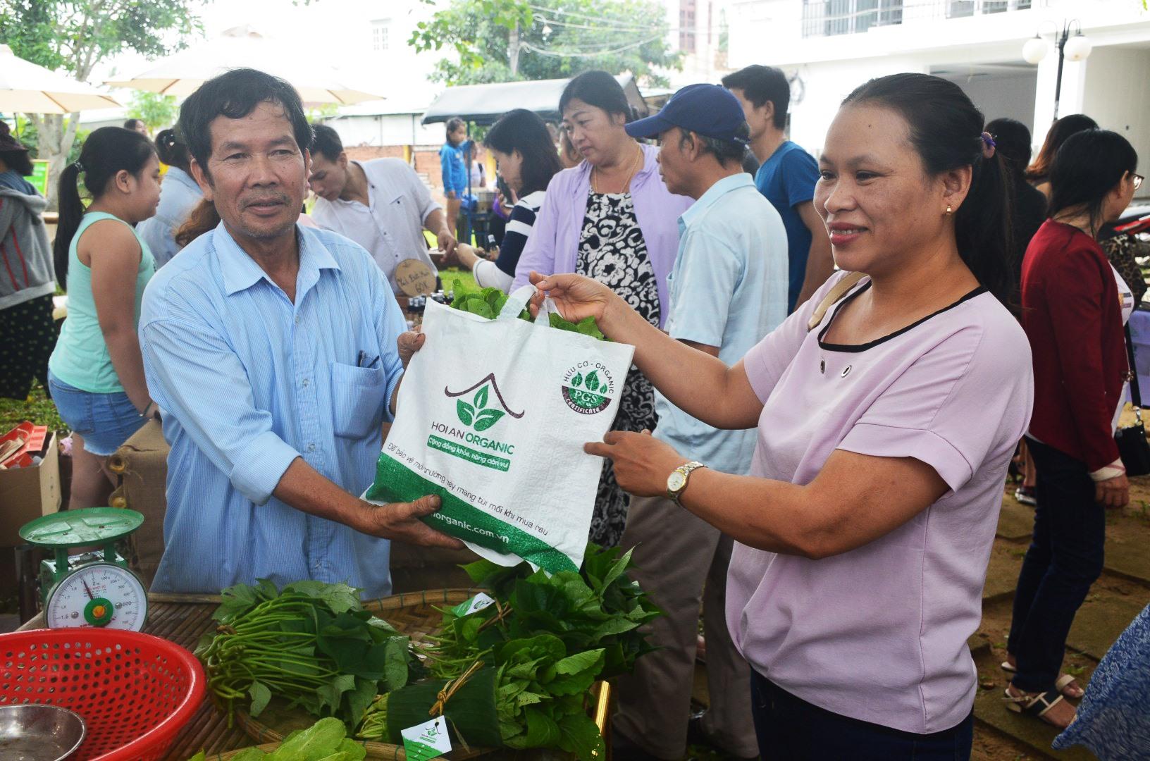 Rau hữu cơ Thanh Đông được bày bán ở chợ phiên Hội An. Ảnh: Q.Tuấn