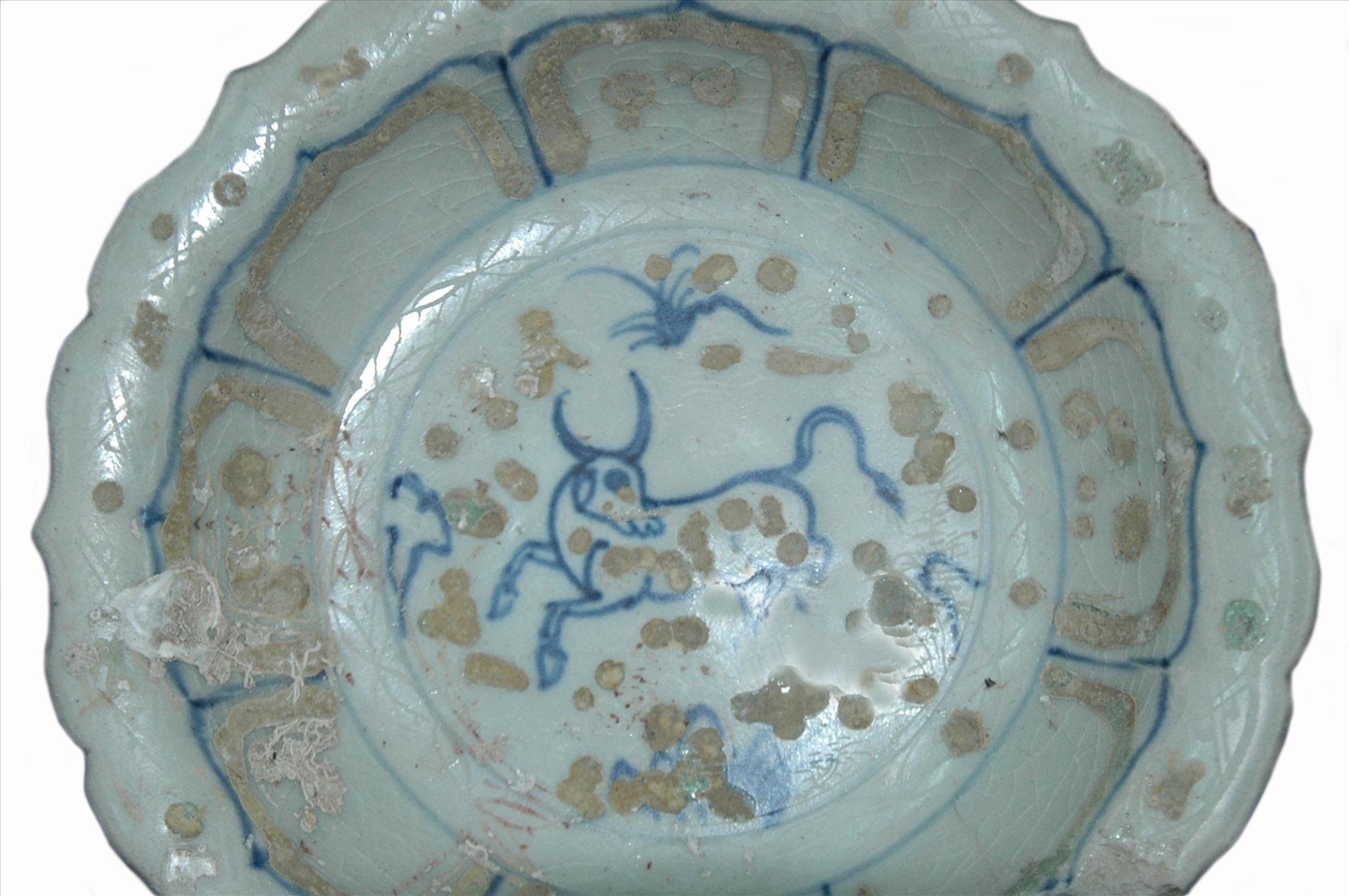 Hình tượng con trâu trang trí trong lòng đĩa nhỏ có thùy.