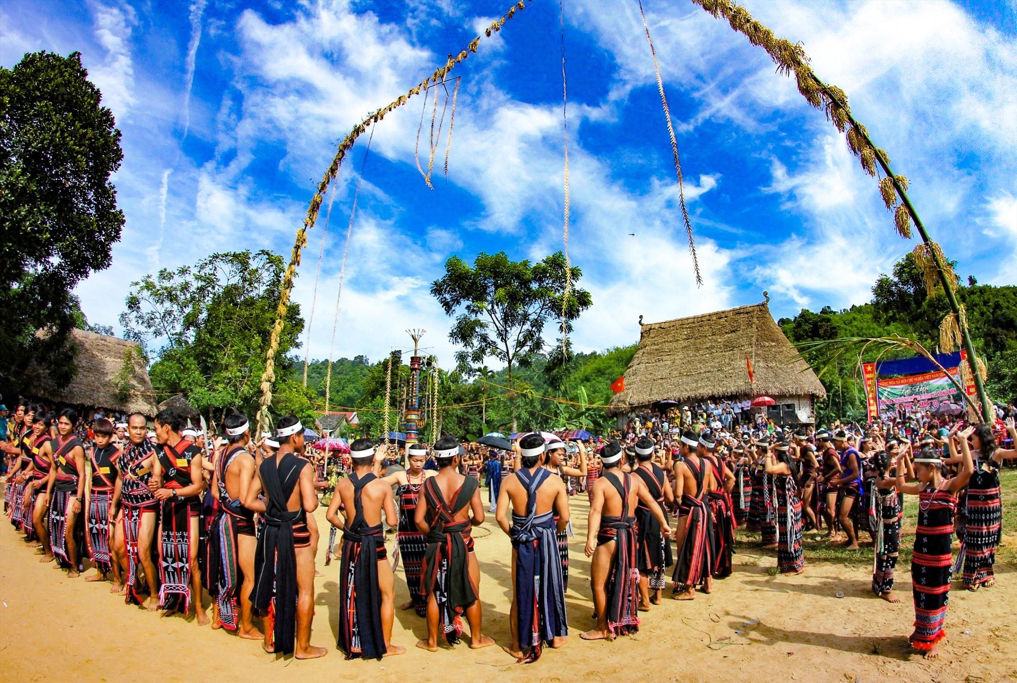 """Trong hội làng Cơ Tu, bao giờ cũng có nghi thức """"khóc trâu"""". Đó trở thành nét văn hóa độc đáo, được gìn giữ lâu đời. Ảnh: ĐĂNG NGUYÊN"""