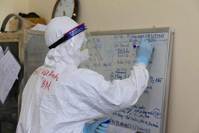 Bác sĩ điều trị bệnh nhân Covid-19 ở Bệnh viện dã chiến số 2, Hải Dương. Ảnh: Bộ Y tế