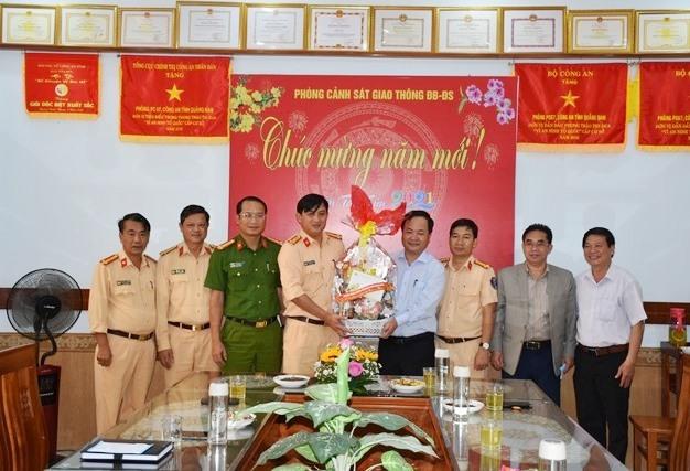 Đồng chí Nguyễn Hồng Quang - Phó Chủ tịch UBND tỉnh tặng quà, chúc Tết cán bộ, chiến sĩ Phòng Cảnh sát giao thông đường bộ - đường sắt, Công an Quảng Nam.