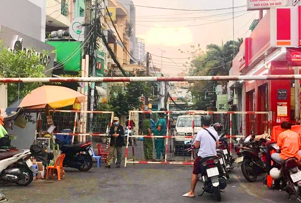 TP.Hồ Chí Minh phong tỏa một khu ở quận 1 do liên quan ca mắc Covid-19 mới. Ảnh: VOV