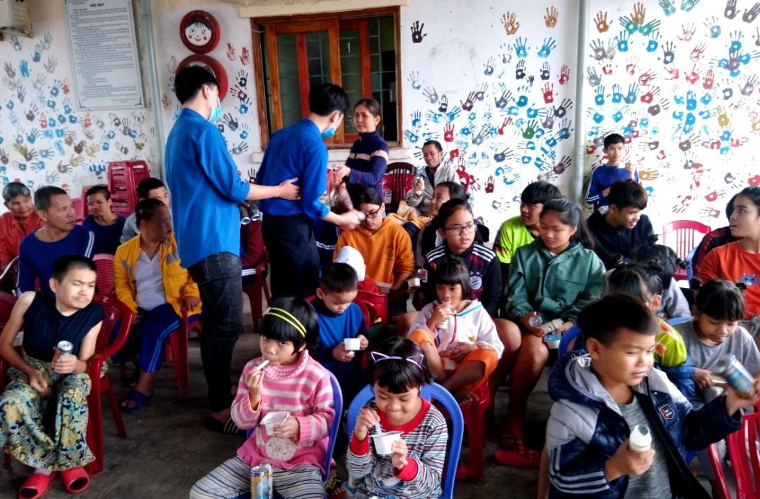 """Đoàn viên thanh niên của Trường THPT Lê Quý Đôn tổ chức chương trình giao lưu """"Xuân yêu thương"""" với trẻ em kém may mắn tại các trung tâm bảo trợ TP.Tam Kỳ. Ảnh: Đ.N"""