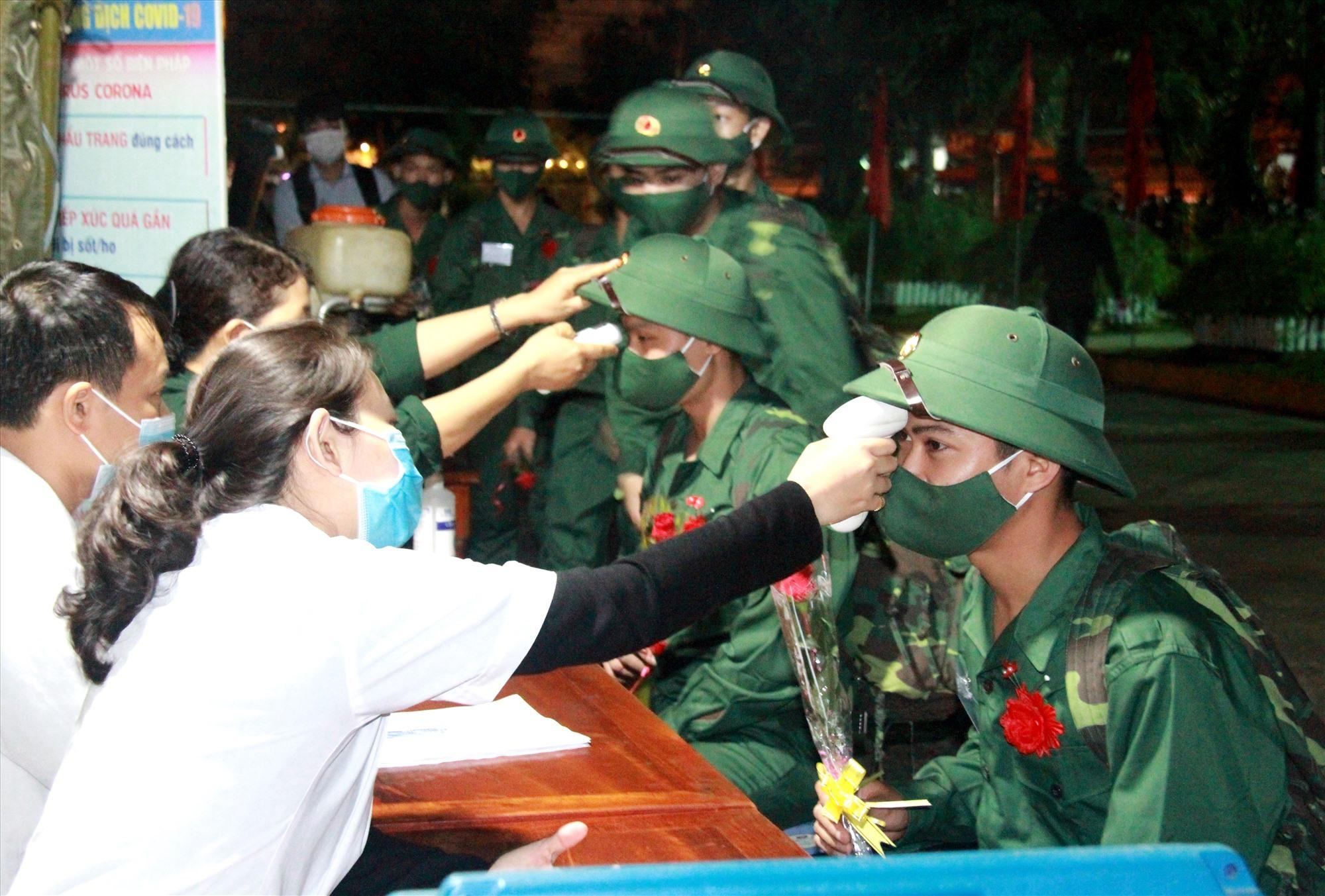 Để đảm bảo an toàn phòng dịch Covid-19, trước khi diễn ra lễ giao nhận quân, tất cả chiến sĩ đều được kiểm tra sức khỏe, do thân nhiệt theo quy định.Ảnh: ALĂNG NGƯỚC