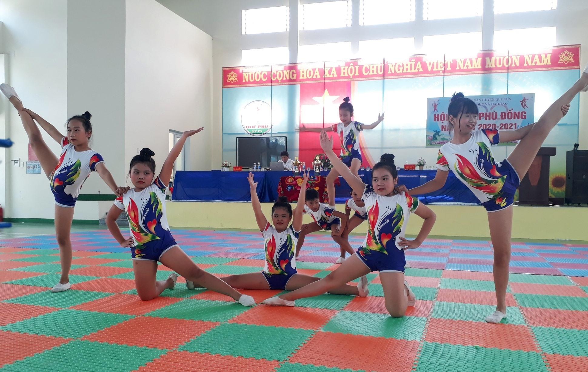 Học sinh Trường Tiểu học Đông Phú biểu diễn aerobic