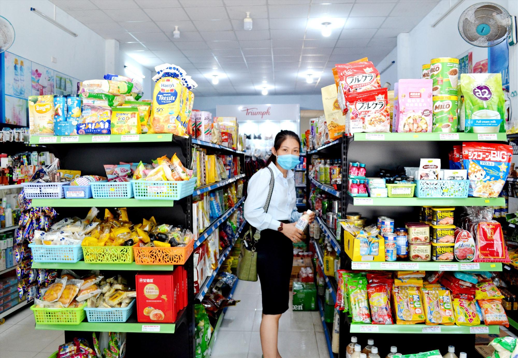 Với nhiều ưu thế, cửa hàng tiện lợi đang thu hút mạnh khách hàng mua sắm hàng hóa. Ảnh: VIỆT NGUYỄN
