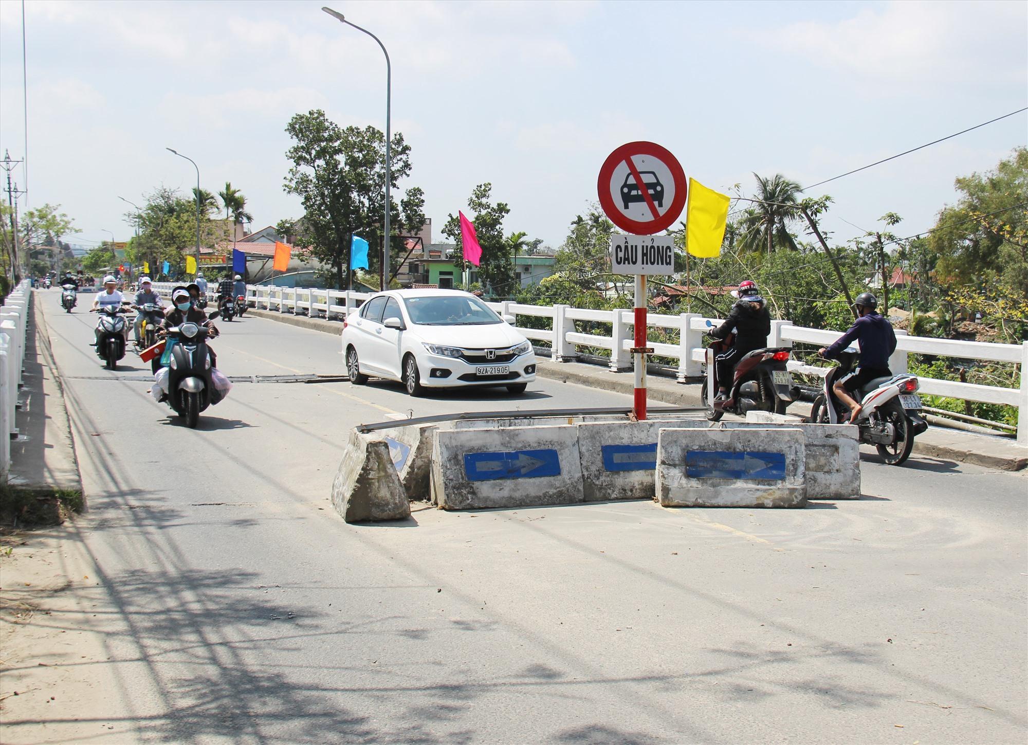 Cầu Tam Kỳ hư hỏng, chính quyền địa phương đặt biển cảnh báo cấm ô tô. Ảnh: HOÀI AN
