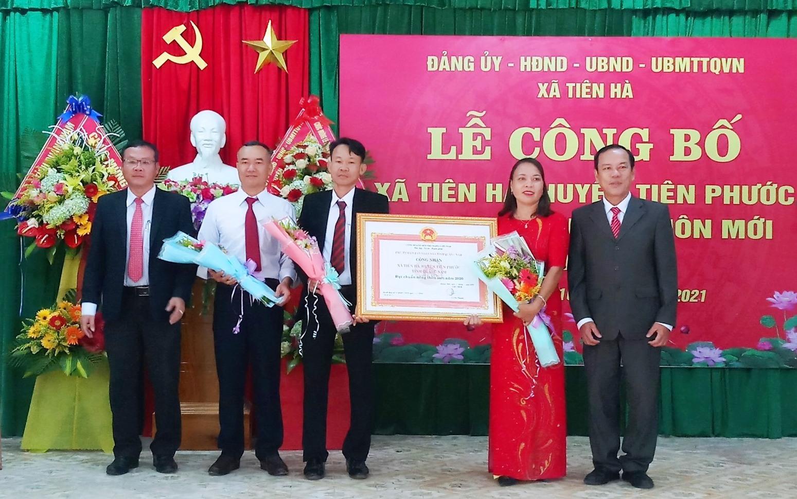 Xã Tiên Hà đón Bằng công nhận xã đạt chuẩn NTM.