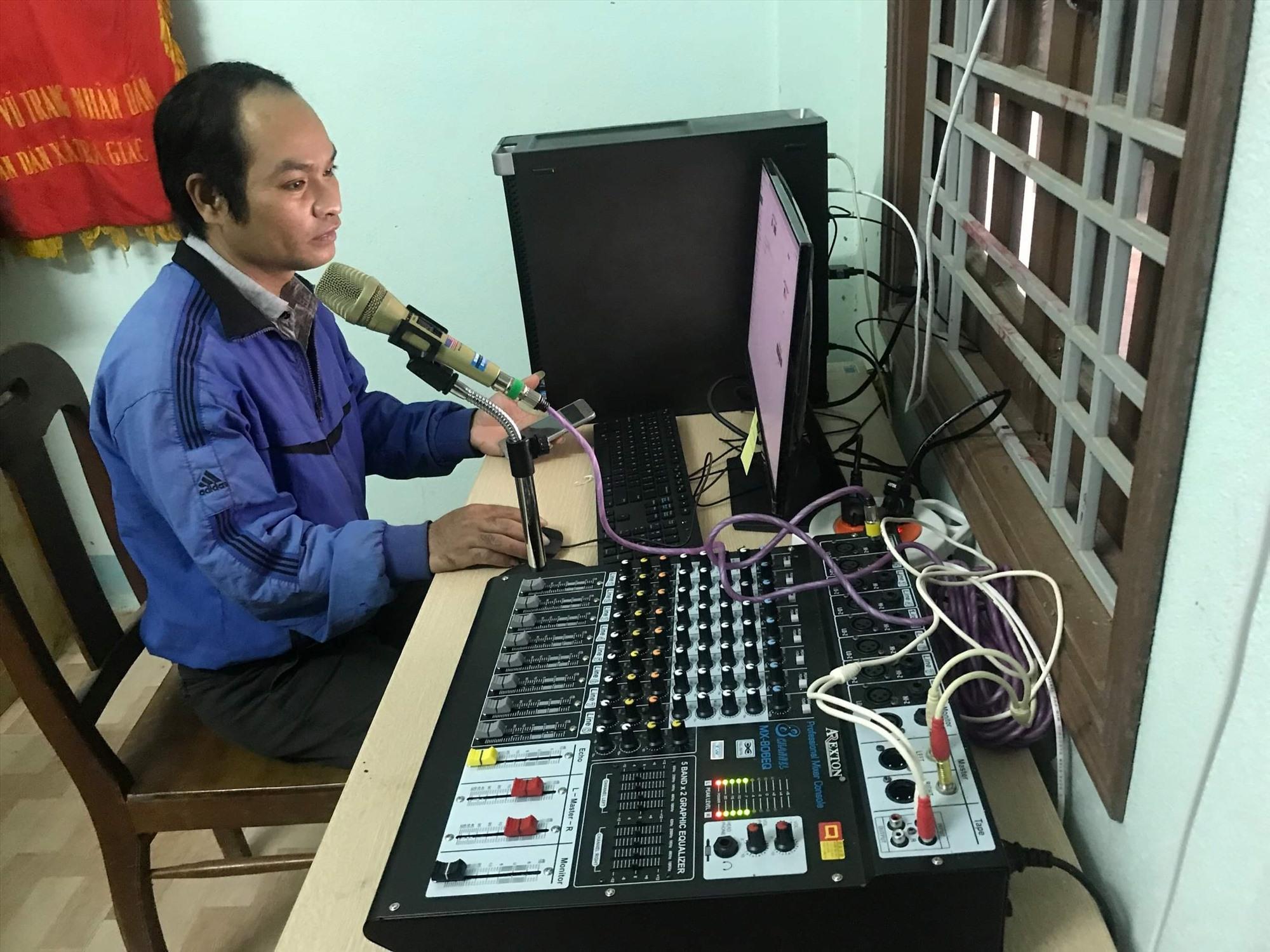 Cán bộ Đài Truyền thanh xã Trà Giác vận hành hệ thống truyền thanh IP. Ảnh: VĂN BÌNH