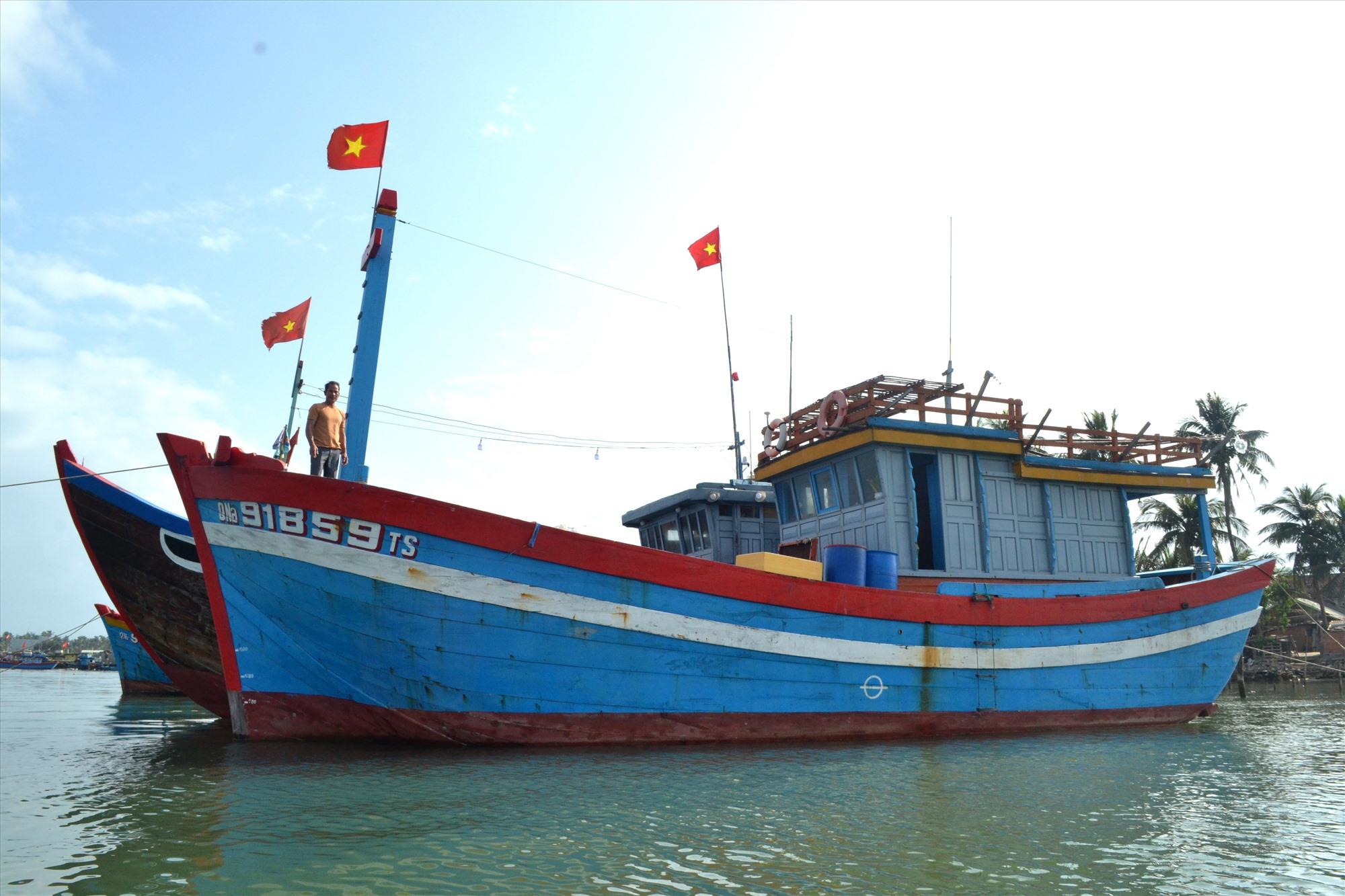 Ngư dân Trần Văn Chung trả nợ đúng hạn sau khi vay vốn của Quỹ HTND để đóng tàu cá QNa-91859. Ảnh: VIỆT NGUYỄN