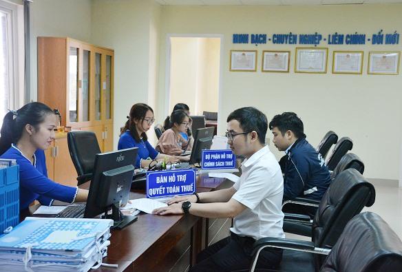 Tháng 3 hàng năm là thời gian cao điểm, Cục Thuế Quảng Nam tập trung hỗ trợ người nộp thuế thực hiện quyết toán thuế năm trước. Ảnh: V.D