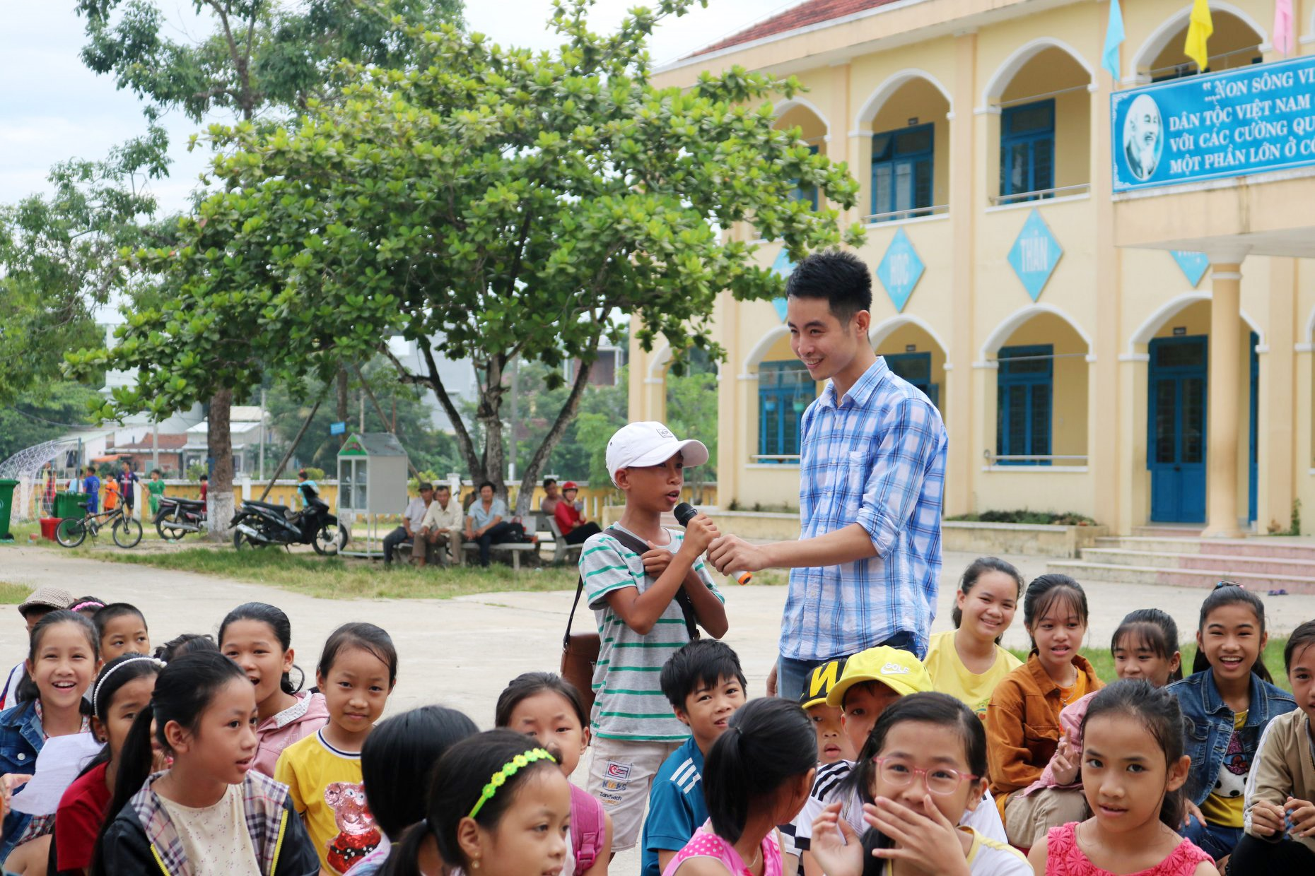 """Anh Bảo giao lưu với các em nhỏ trong một dịp khai giảng """"Lớp học miễn phí cho trẻ em nghèo"""". Ảnh: QUỐC BẢO"""