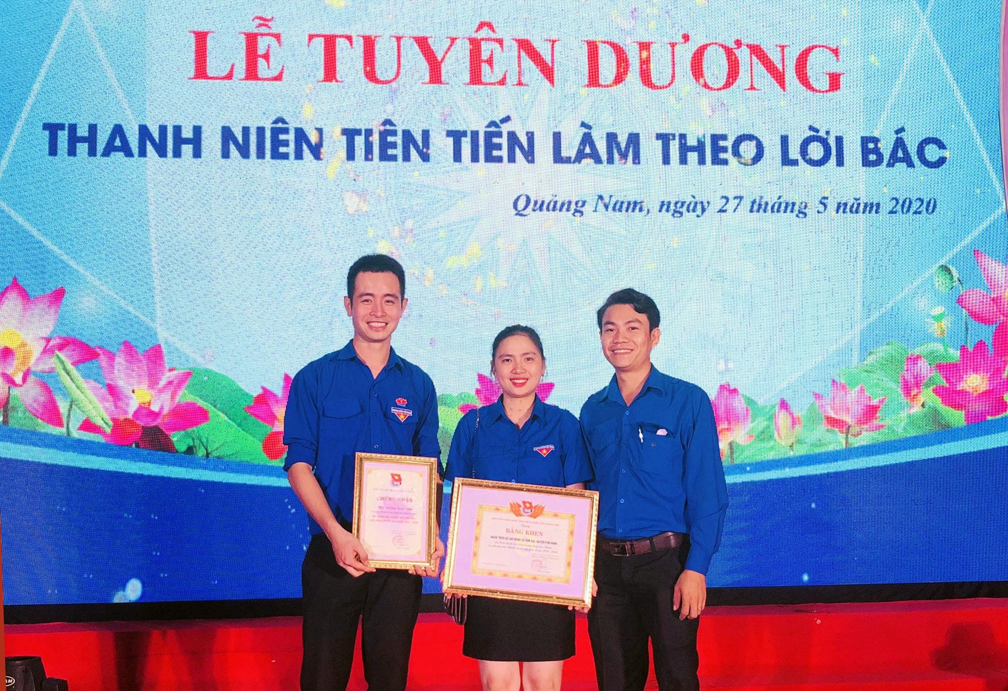 Anh Dương Quốc Bảo (bên trái) nhận bằng khen của tỉnh Đoàn Quảng Nam. Ảnh: QUỐC BẢO