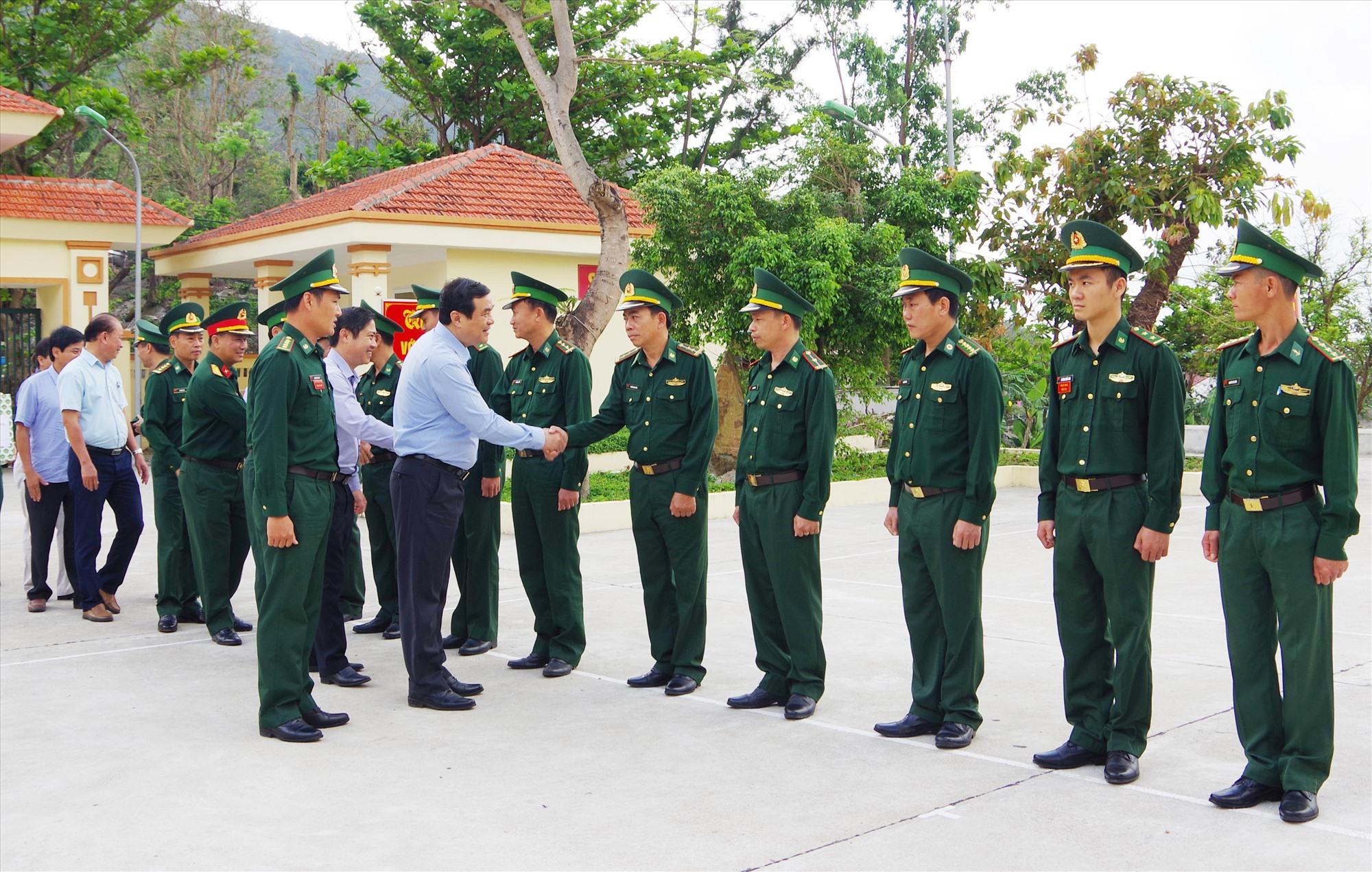 Ủy viên Trung ương Đảng, Bí thư Tỉnh ủy Phan Việt Cường thăm, động viên cán bộ chiến sĩ Đồn Biên phòng Cù Lao Chàm. Ảnh: HỒNG ANH