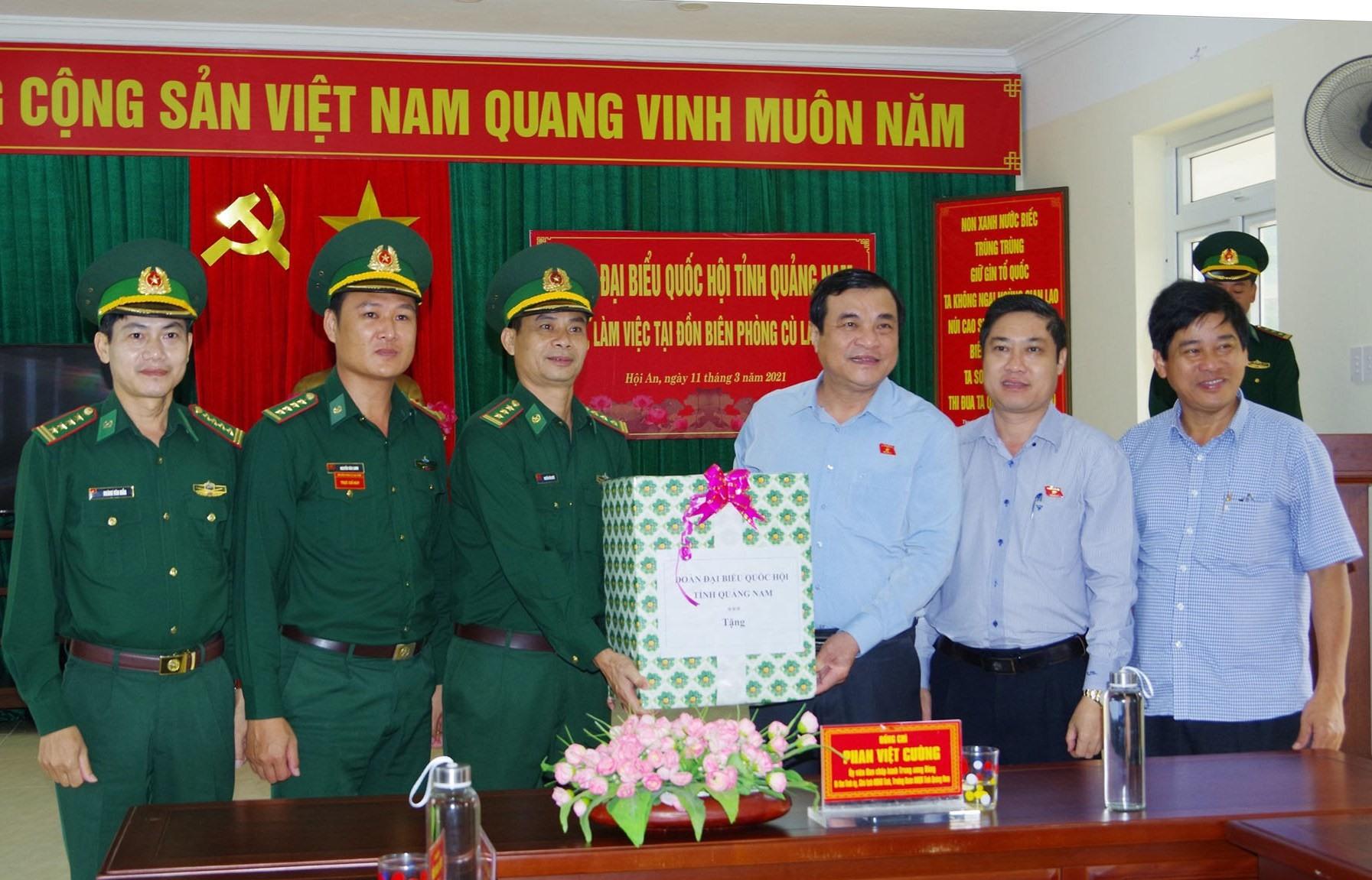 Ủy viên Trung ương Đảng, Bí thư Tỉnh ủy Phan Việt Cường tặng quà Đồn Biên phòng Cù Lao Chàm. Ảnh: HỒNG ANH