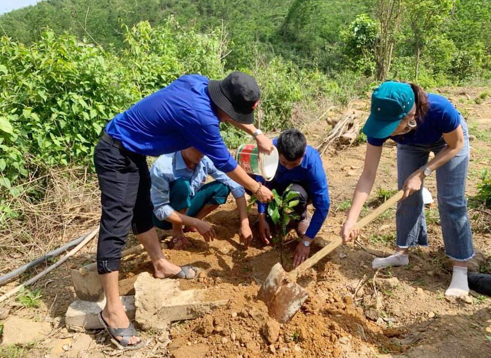 Đoàn viên, thanh niên huyện Tiên Phước ra quân giúp đỡ thanh niên lập thân lập nghiệp, thanh niên khó khăn. Ảnh: N.H