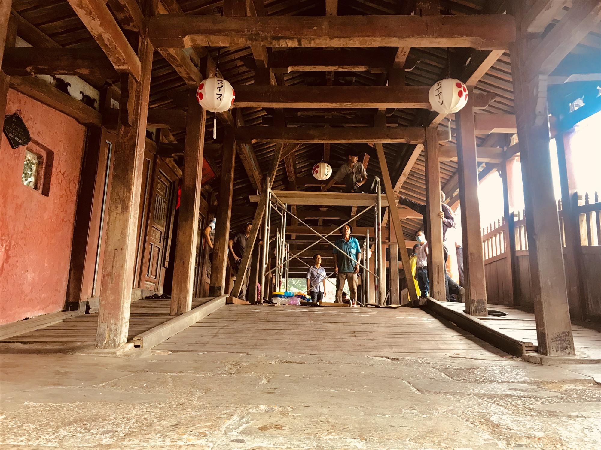 Chùa Cầu đã từng được thực hiện tu bổ từng hạng mục nhỏ, tuy nhiên, vẫn không cải thiện được tình trạng xuống cấp của di tích này. Ảnh: L.Q