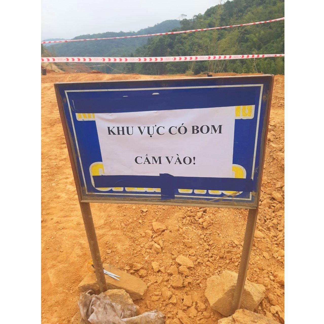 cơ quan chức năng đặt biển cảnh báo nguy hiểm, cấm người dân vào khu vực phát hiện bom