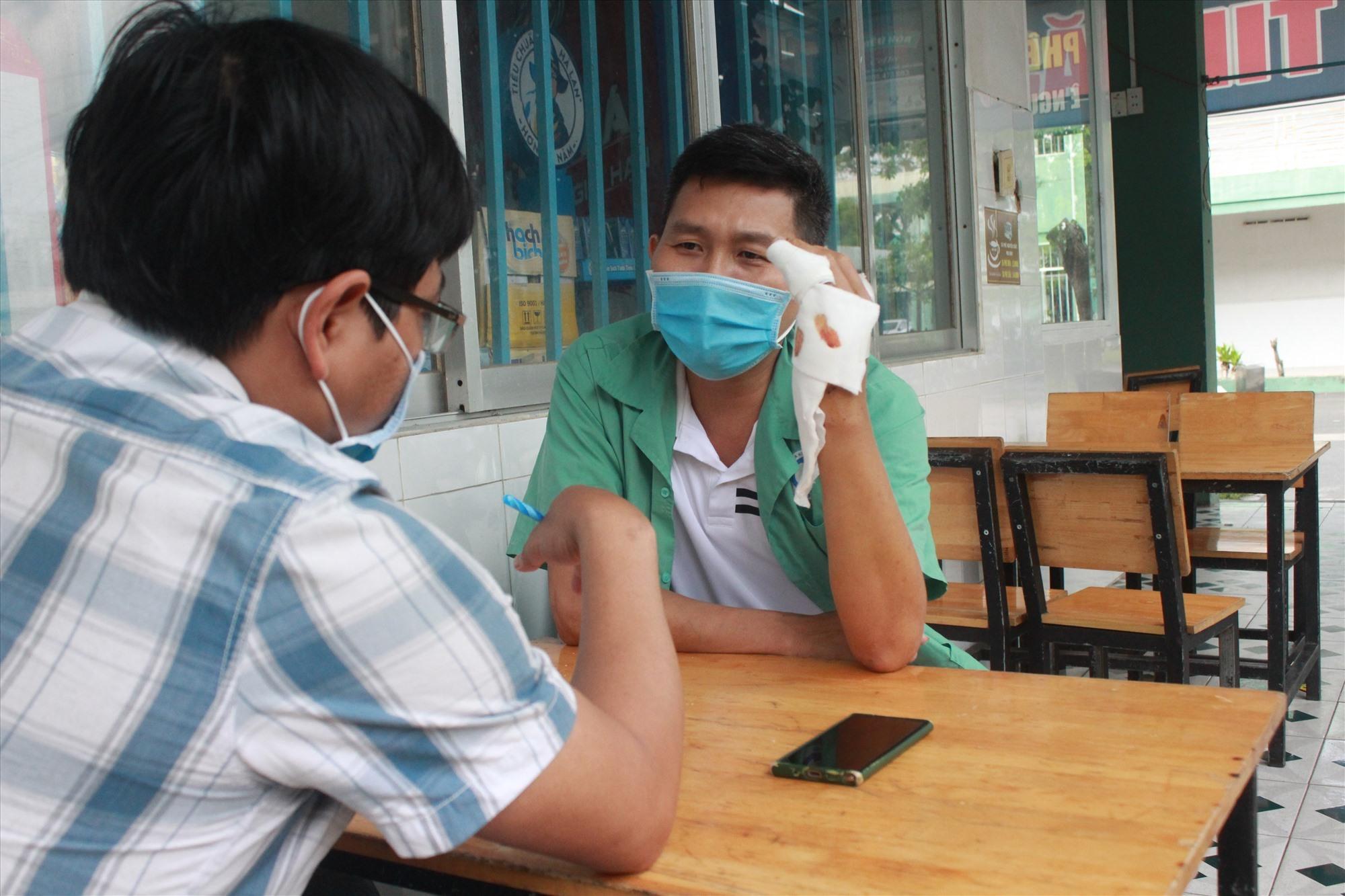 Ông Trần Công Thức trao đổi về vụ việc với PV Báo Quảng Nam Online. Hiện ông Thức vẫn đang điều trị tại bệnh viện đa khoa Quảng Nam. Ảnh: P.V