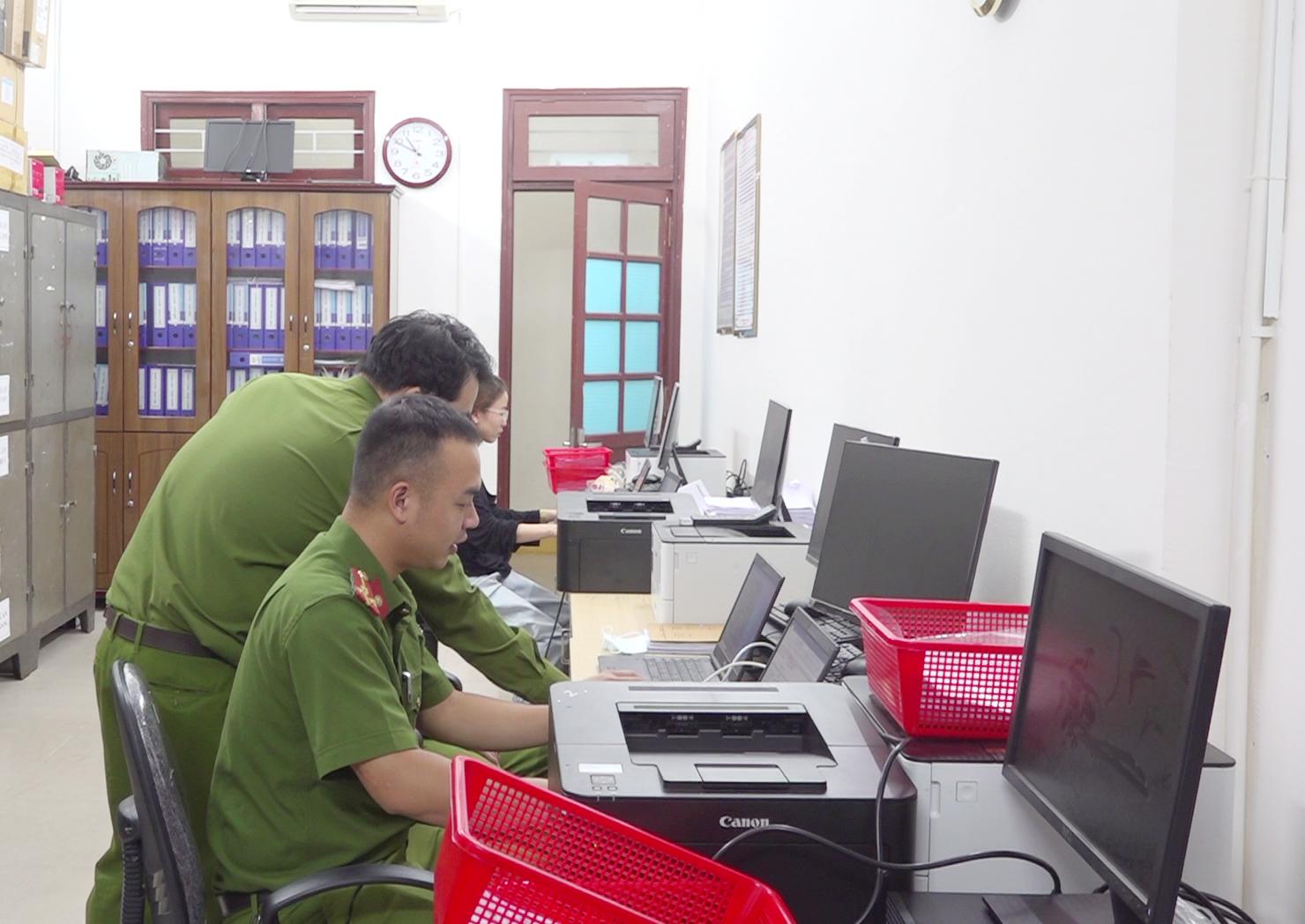 Gần 11 giờ đêm, cán bộ Phòng Cảnh sát QLHC về TTXH vẫn còn rà soát hồ sơ.