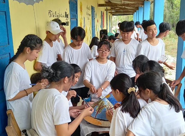 Học sinh trải nghiệm văn hóa làng biển Tam Thanh. Ảnh: N.T