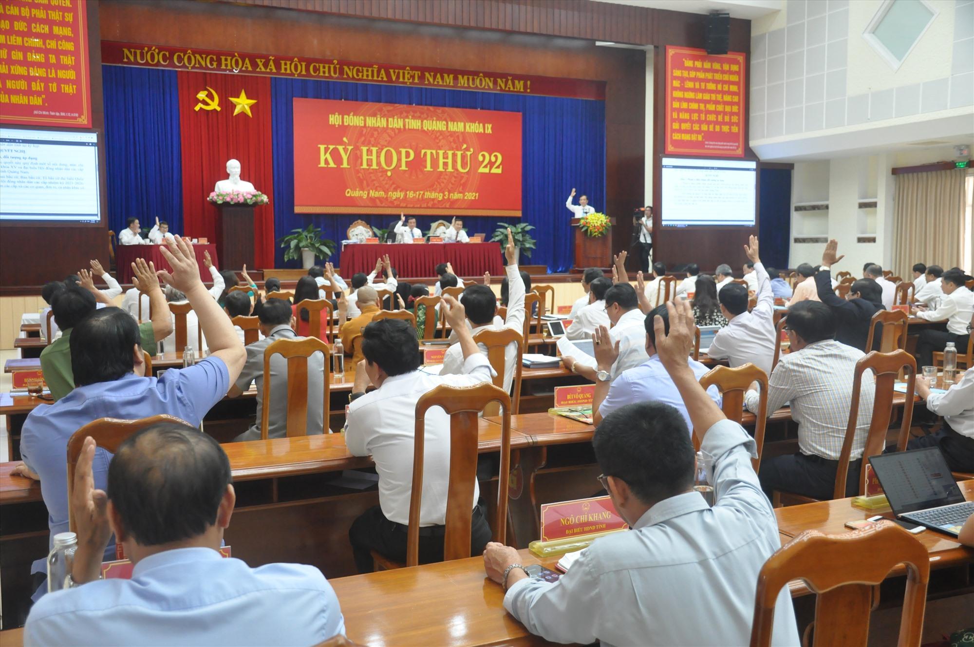 Đại biểu HĐND tỉnh biểu quyết thông qua các nghị quyết tại Kỳ họp thứ 22. Ảnh: N.Đ