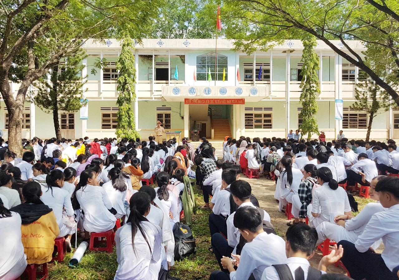 Tuyên truyền Luật Giao thông đường bộ cho học sinh Quế Sơn. Ảnh: T.L