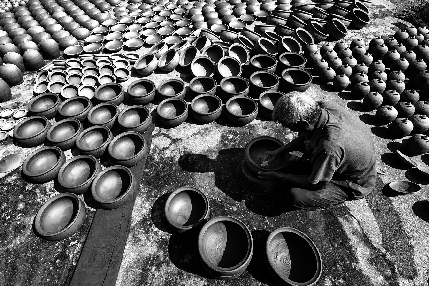 Nghệ nhân làng nghề đã có nhiều cống hiến nhưng đến nay vẫn chưa có cơ chế hỗ trợ thích đáng. Ảnh: L.T.K