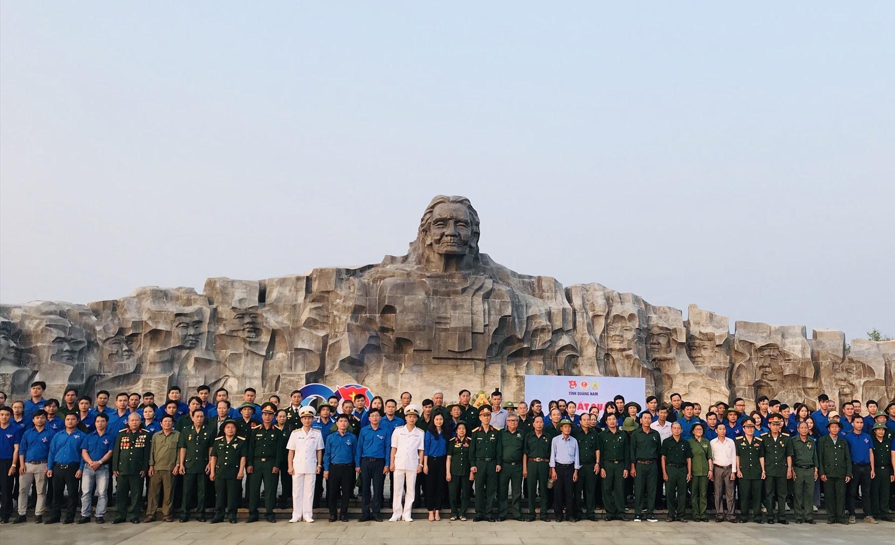 Đại biểu chụp hình lưu niệm bên Tượng đài Mẹ Việt Nam anh hùng. Ảnh: V.A