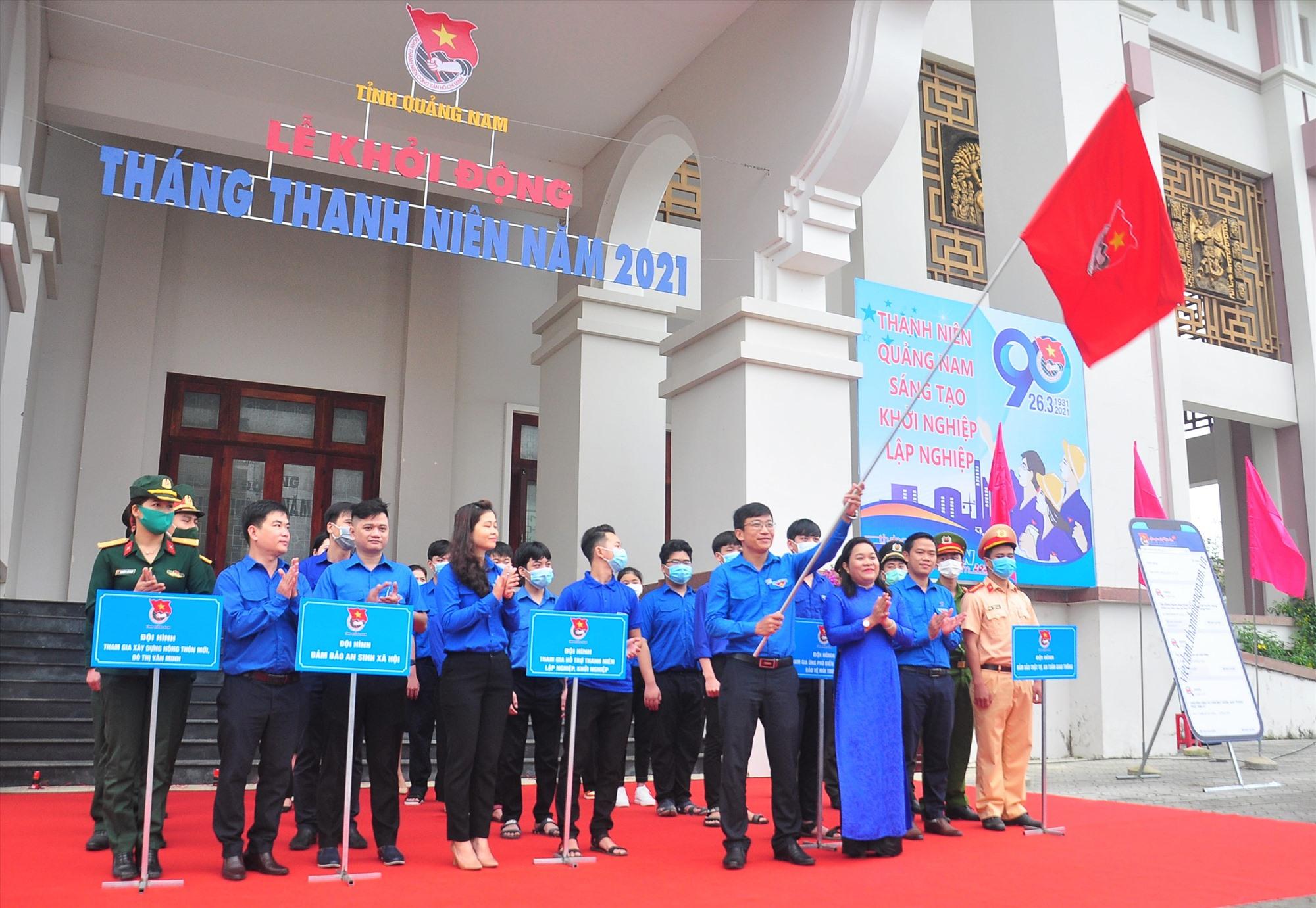 Trưởng ban Dân vận Tỉnh ủy Huỳnh Thị Thùy Dung trao cờ xuất quân Tháng thanh niên năm 2021. Ảnh: VINH ANH