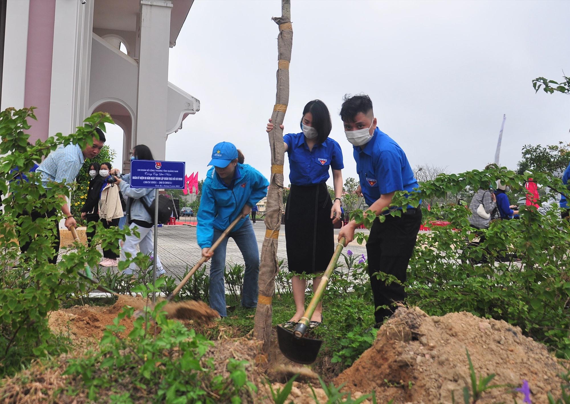Các cơ sở đoàn trực thuộc Đoàn Khối các cơ quan tỉnh triển khai trồng cây xanh tại khuôn viên Bảo tàng Quảng Nam. Ảnh: VINH ANH
