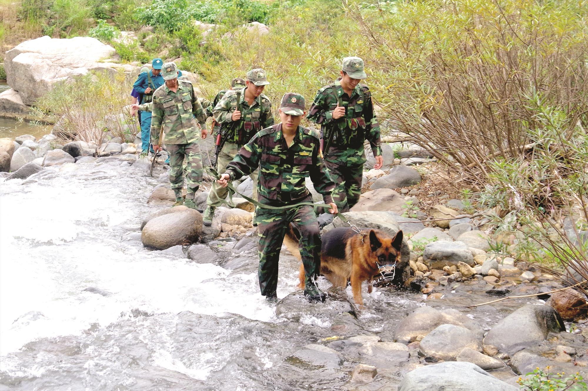 Chiến sĩ BĐBP và dân quân các xã biên giới trên đường tuần tra, kiểm soát địa bàn. Ảnh: ALĂNG NGƯỚC