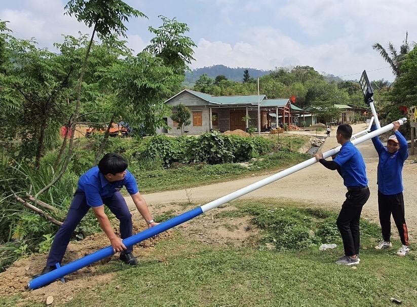 """Thanh niên thực hiện công trình """"Thắp sáng đường quê"""" tại xã biên giới Đắcpring. Ảnh: THÀNH ĐẠT"""
