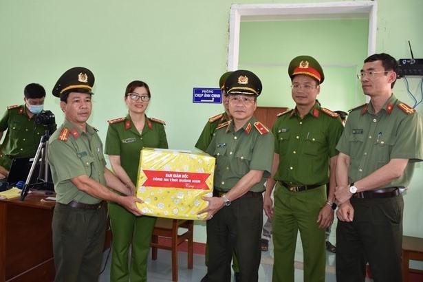 Thiếu tướng Nguyễn Đức Dũng, Giám đốc Công an tỉnh tặng quà động viên CBCS làm nhiệm vụ cấp CCCD của Công an huyện Đại Lộc