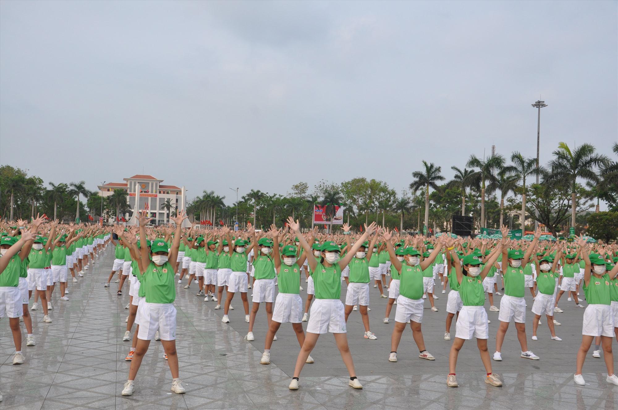 Màn đồng diễn của 2.000 học sinh tiểu học Tam Kỳ. Ảnh: T.V