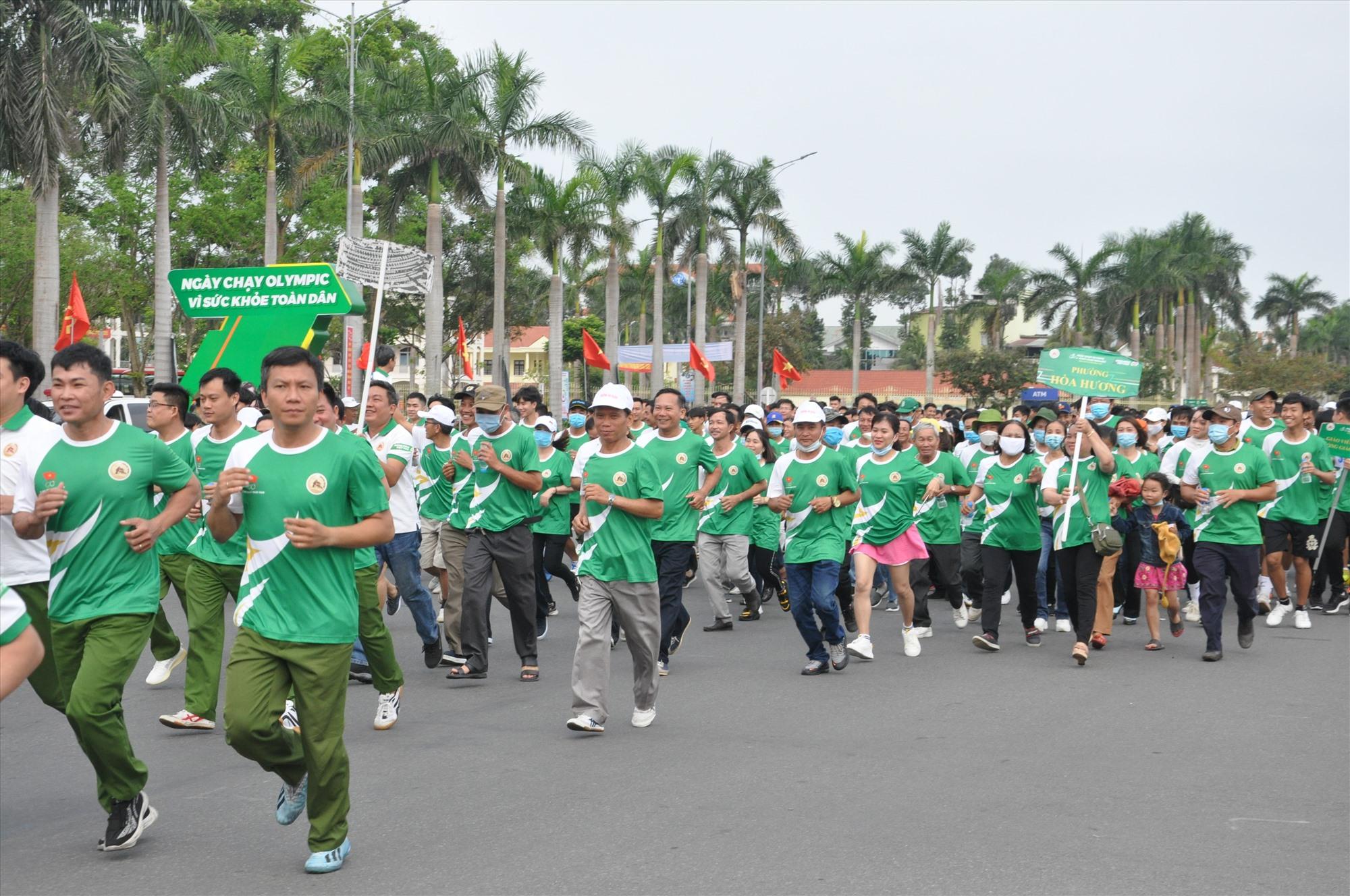 Gần 5.000 người tham gia lễ phát động và chạy Olympic, tạo ra không khí sôi nổi. Ảnh: T.V