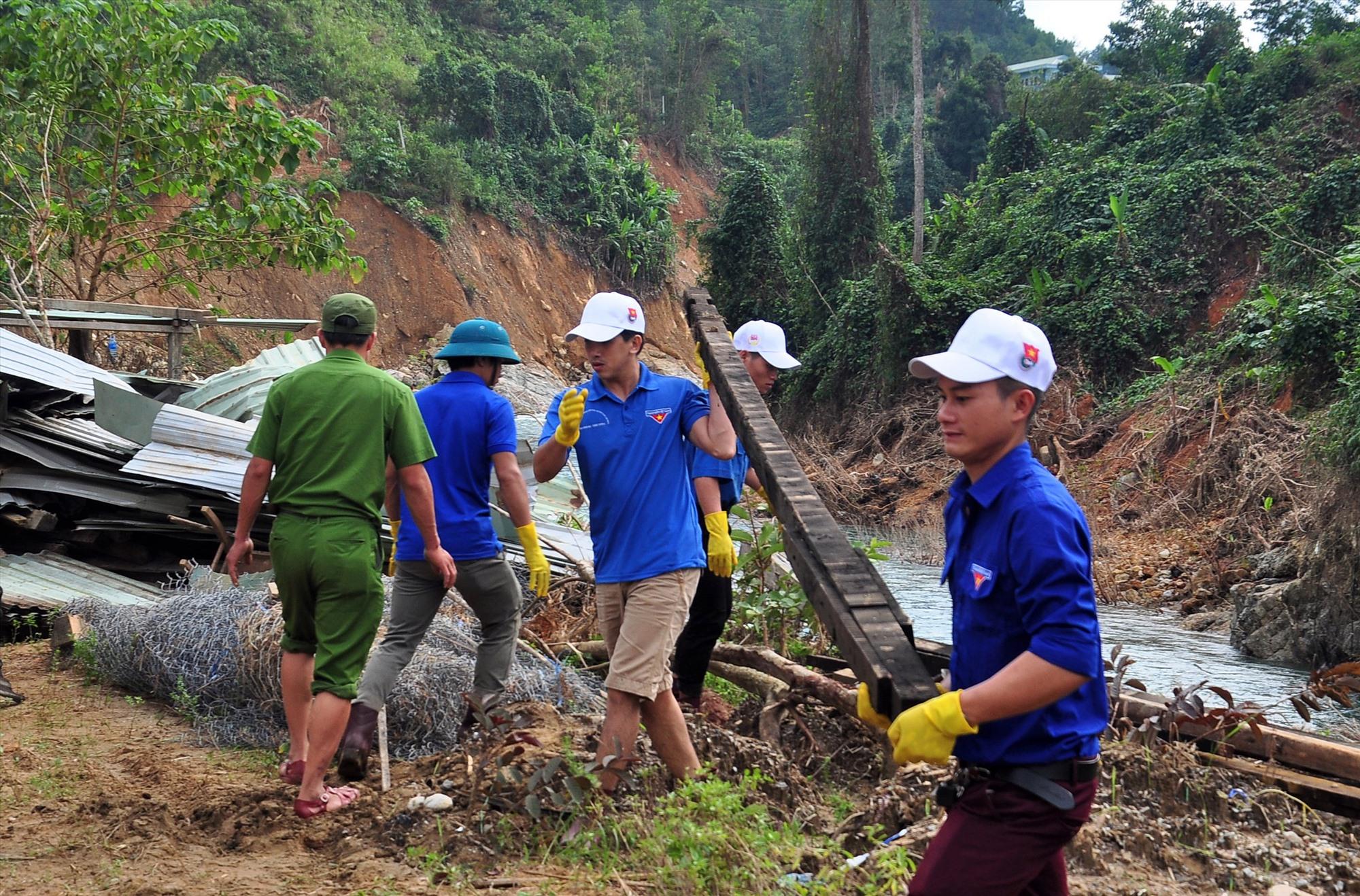 Thanh niên giúp khắc phục hậu quả thiên tai tại các trường học ở huyện Nam Trà My. Ảnh: THẾ ANH - VINH ANH