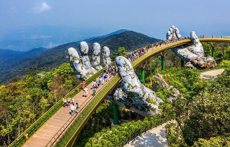 Cầu Vàng Đà Nẵng.vinh danh Việt Nam trong Top 9 Kỳ quan mới của thế kỷ 21. Ảnh Daily Mail