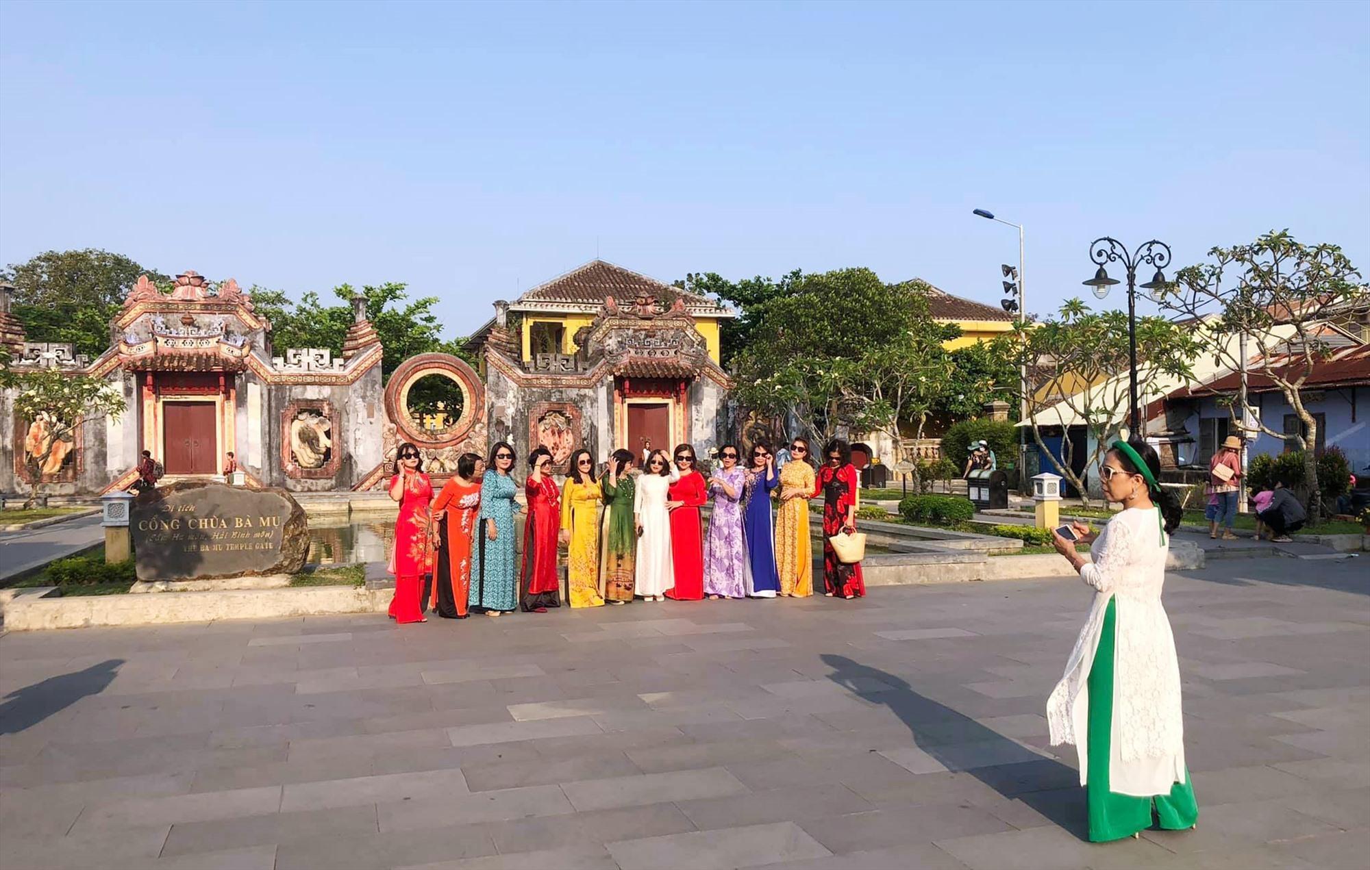 Visitors in front of Ba Mu pagoda