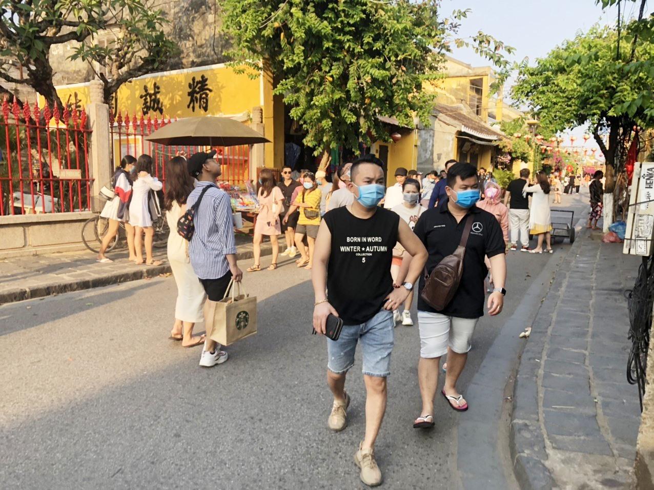 Visitors to Hoi An ancient quarter