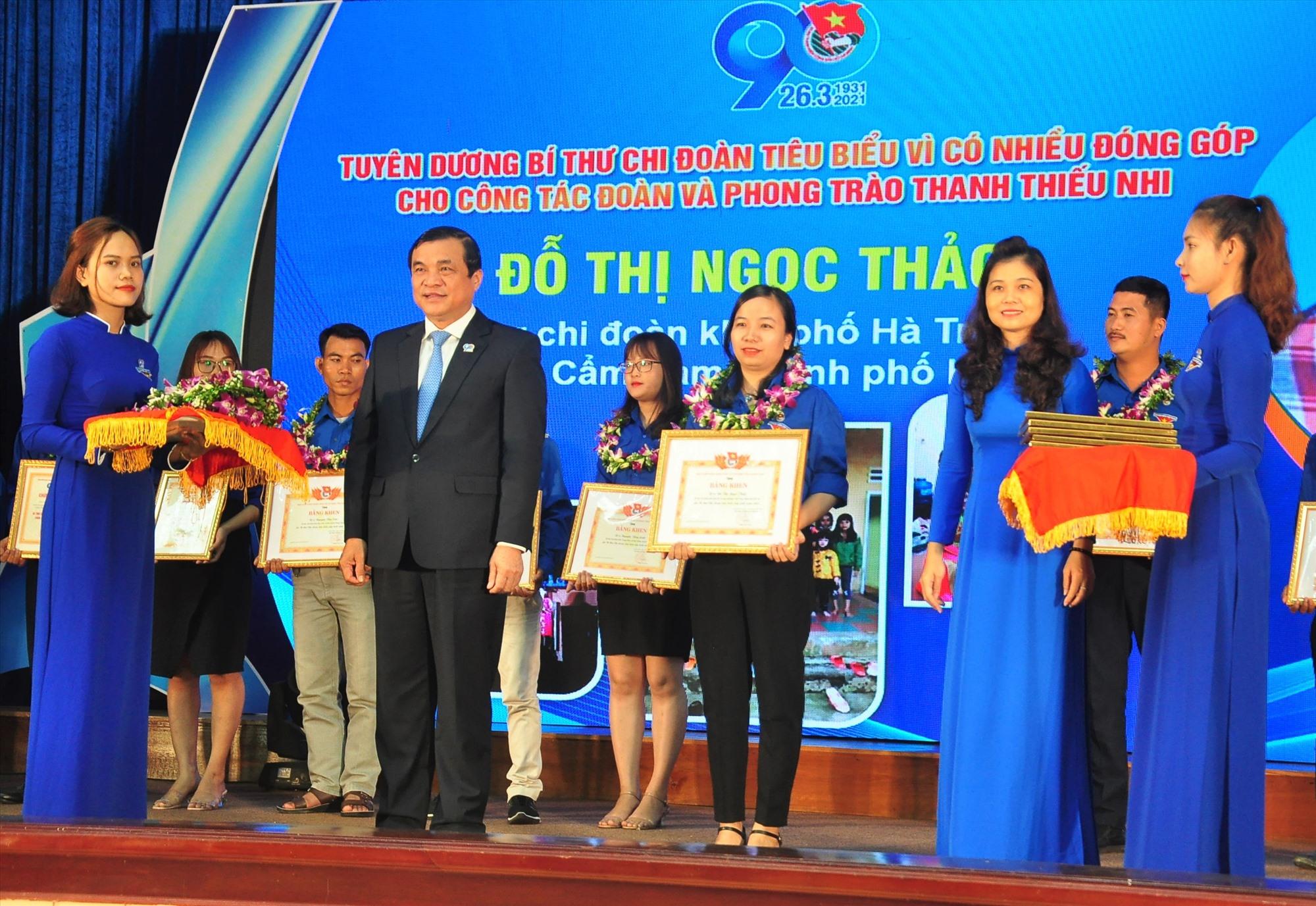 Bí thư Tỉnh ủy Phan Việt Cường trao bằng khen các bí thư chi đoàn tiêu biểu nhân kỷ niệm 90 năm thành lập Đoàn. Ảnh: VINH ANH
