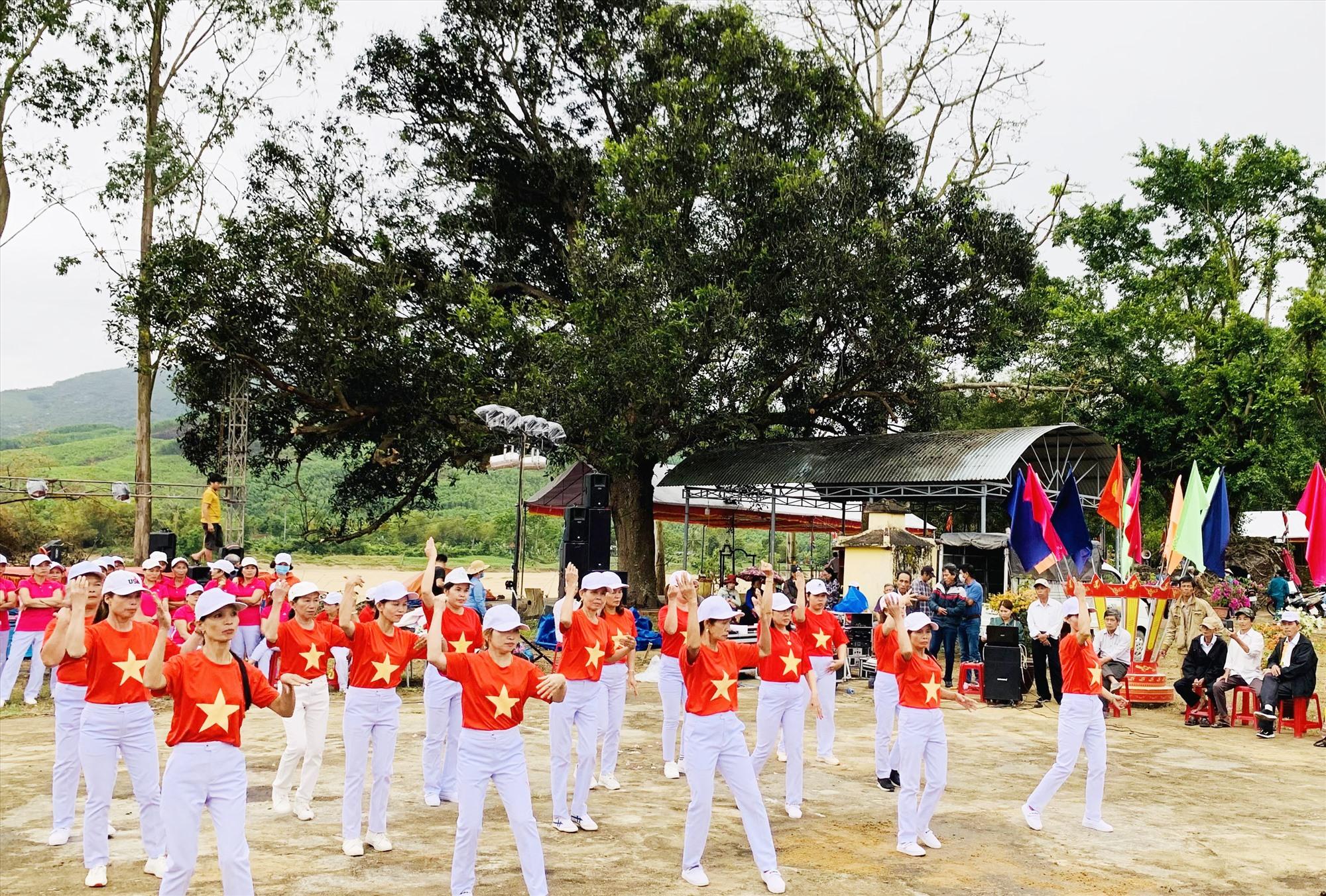Giao lưu đồng diễn trước khi khai lễ Bà Thu Bồn, tổ chức chiều 22.3. Ảnh: T.T