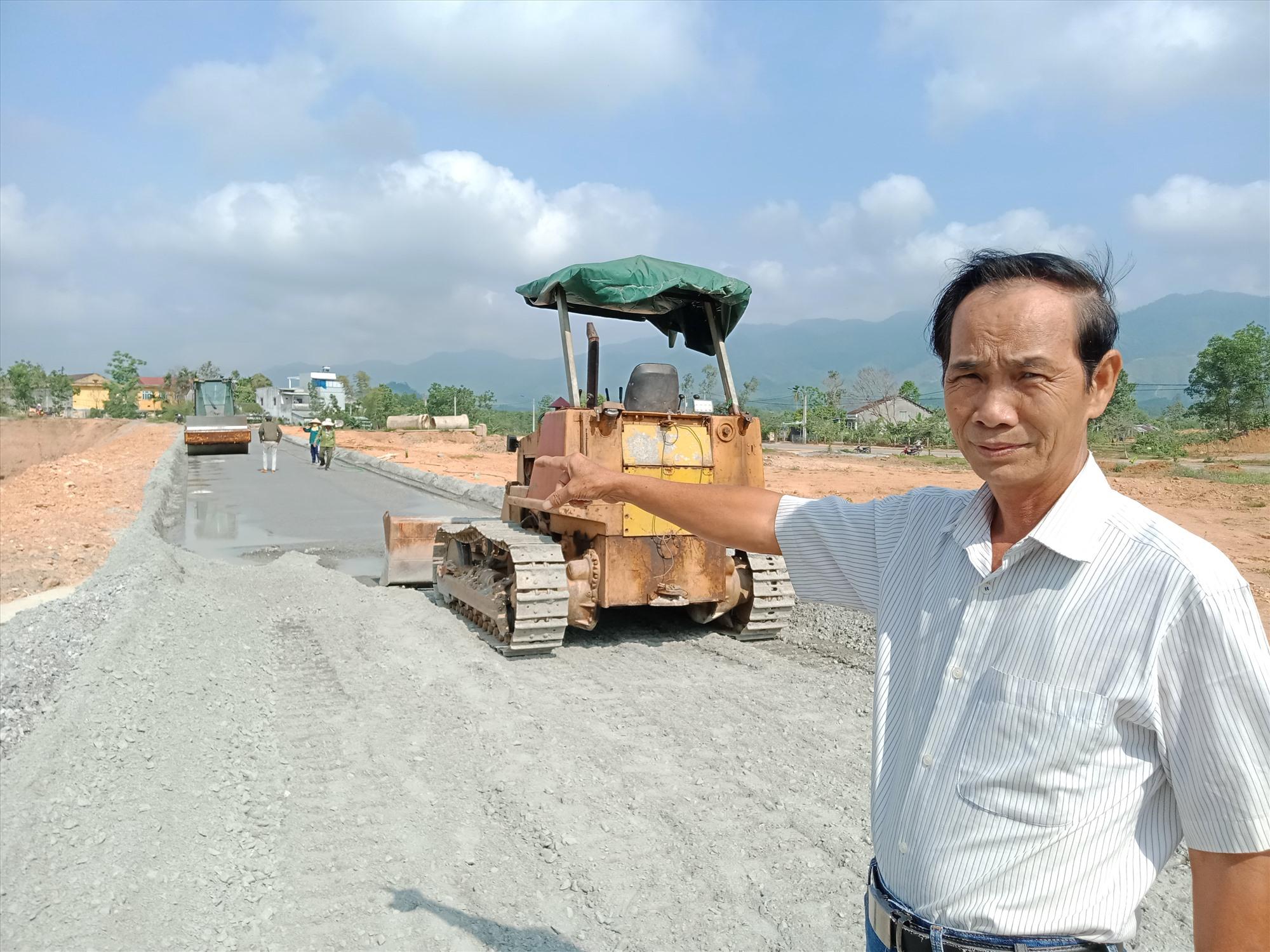 Ông Đỗ Xuân Hồng (khối phố An Tây, thị trấn Tân Bình, Hiệp Đức) hiến đất làm đường nội thị. Ảnh: V.M
