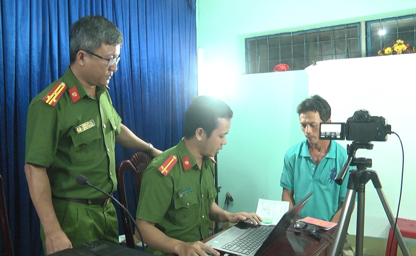 Công an huyện Quế Sơn cấp CCCD lưu động tại Quế Phong. ảnh DT