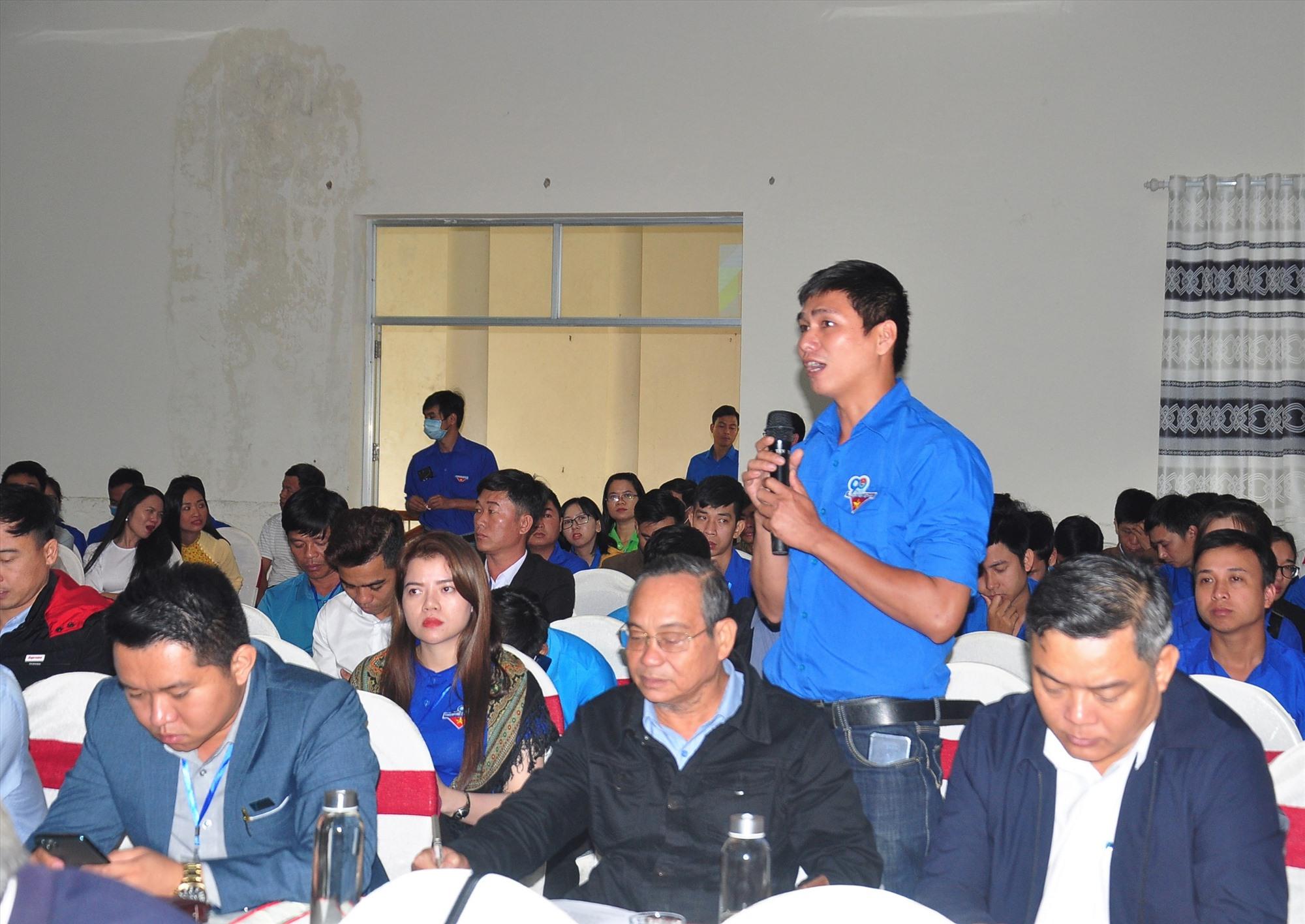 Thanh niên khởi nghiệp đặt câu hỏi với Chủ tịch UBND tỉnh Lê Trí Thanh. Ảnh: CÔNG VINH