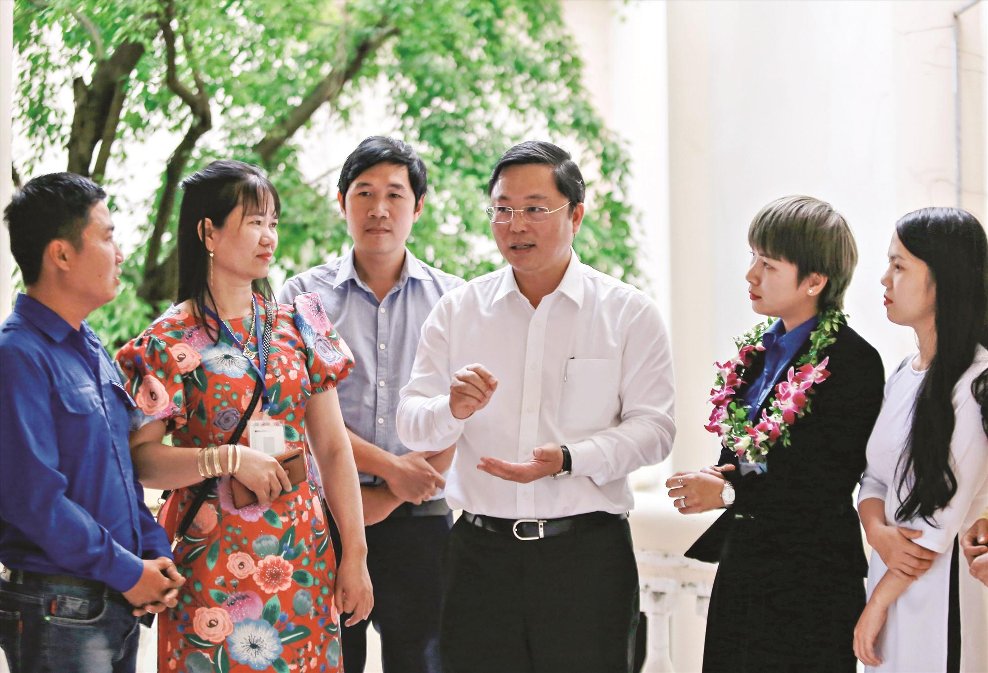 Chủ tịch UBND tỉnh Lê Trí Thanh trao đổi với thanh niên khởi nghiệp. Ảnh: CÔNG VINH