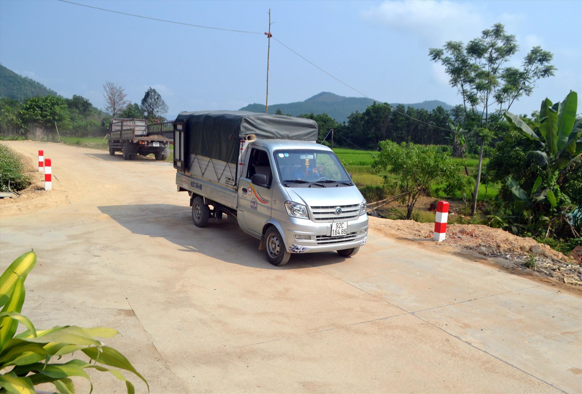 """Đường được mở rộng kiên cố hóa, ô tô chở hàng thực phẩm tươi sống """"di động"""" vào tận thôn Tứ Nhũ để phục vụ người dân. Ảnh: C.T"""