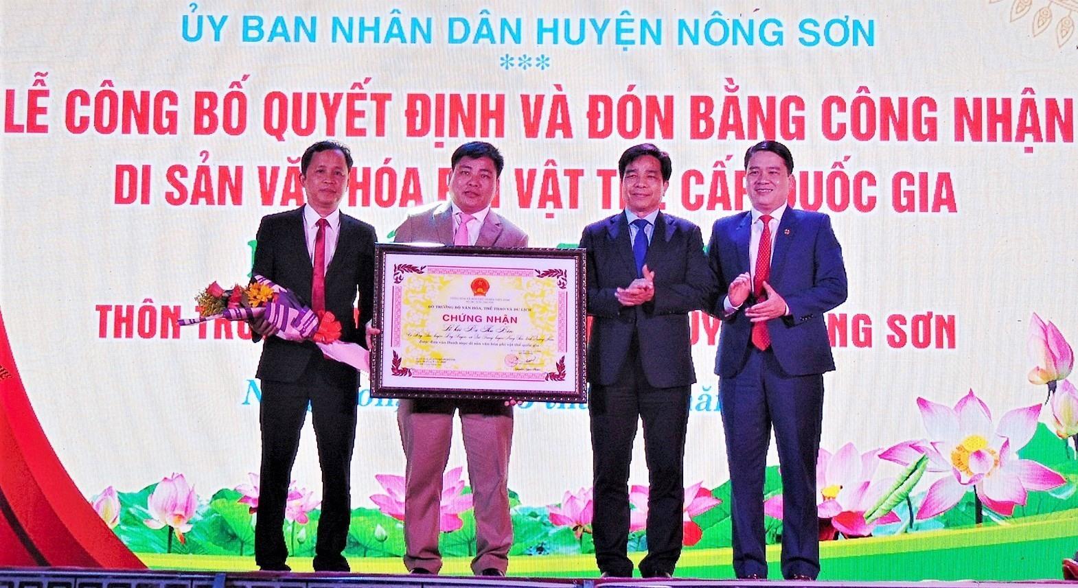 Đại diện lãnh đạo tỉnh Quảng Nam trao Bằng công nhận Di sản Văn hóa phi vật thể cấp Quốc gia Lễ hội Bà Thu Bồn cho UBND huyện Nông Sơn. Ảnh: HÀ LÊ