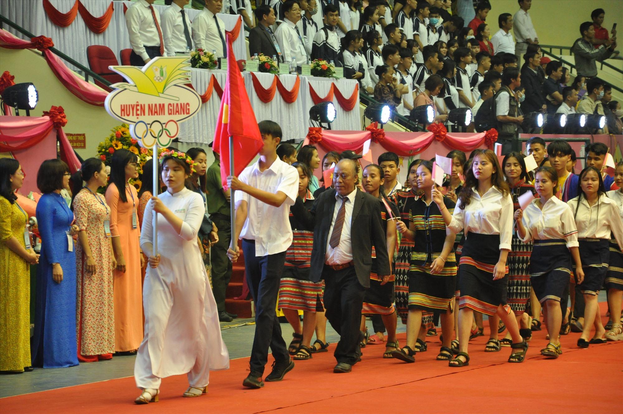 Đoàn VĐV huyện Nam Giang. Ảnh: X.P