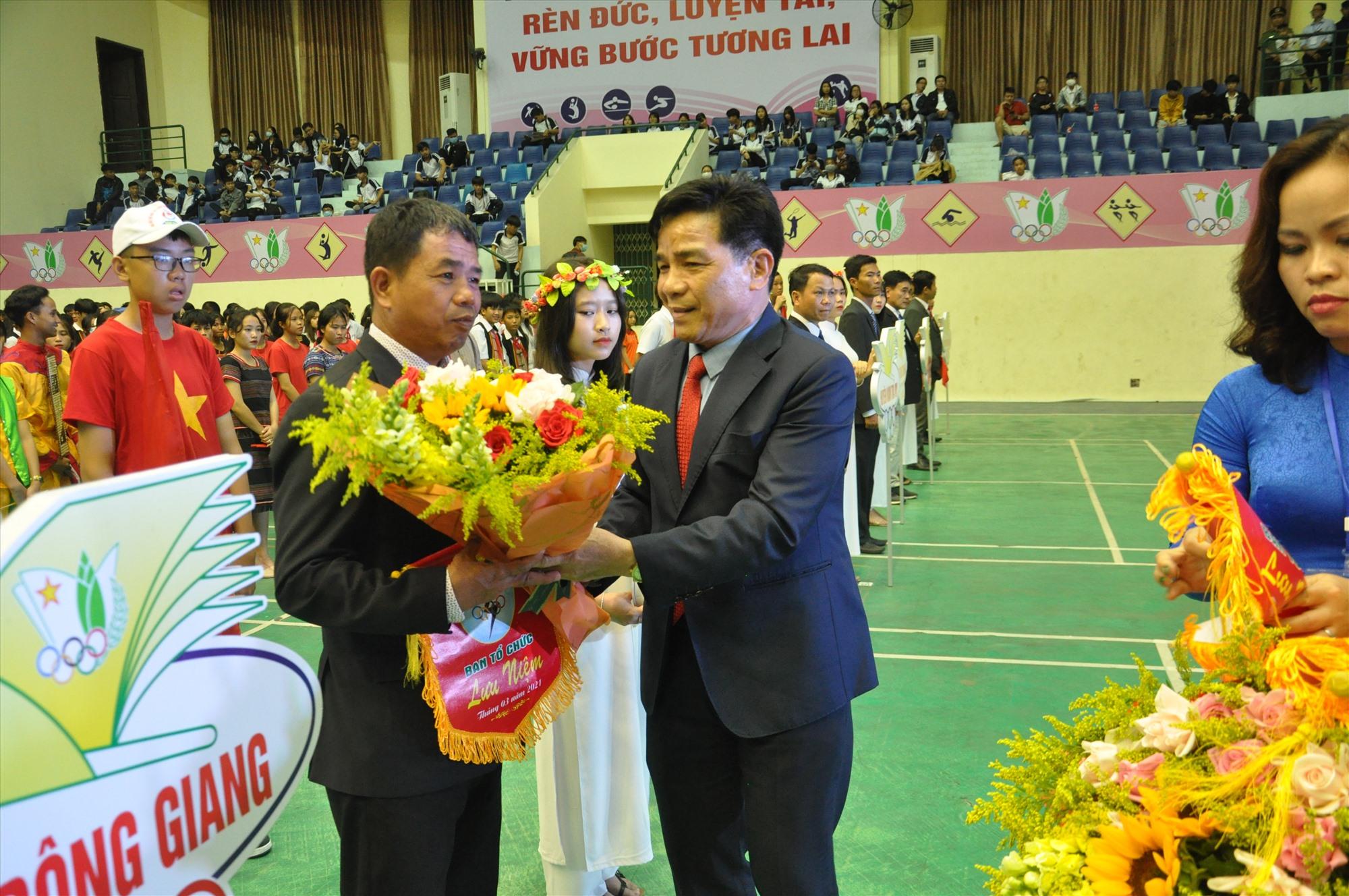 Phó Bí thư Thường trực Tỉnh ủy Lê Văn Dũng tặng hoa động viên các đoàn. Ảnh: X.P